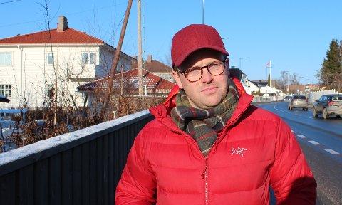 BEKYMRET: Martin Refsnes Martinsen (35) har målt farten til 75.000 biler, med hastigheter opp mot 93 kilometer i timen, utenfor huset i Ekebergveien. Han mener den nye veien innbyr til større fart, og er bekymret for barns skolevei.