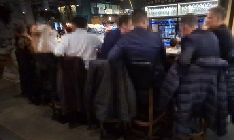 SAMMEN: Gjester sitter tett i tett på restaurant i Tromsø. Smittevernoverlege minner om at kun medlemmer av samme husstand kan sitte tett sammen på spisesteder.
