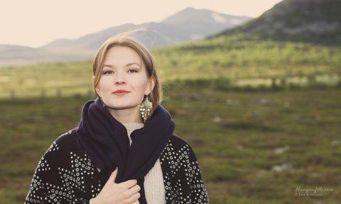 UNGT TALENT: For Marja Mortensson er musikken en måte å ta vare på de samiske tradisjonene - å bygge en stolthet rundt det man har. Nå har hun stått på scenen med NOSO, Mari Boine, Anneli Drecker og Berit Norbakken Solset under Nordlysfestivalen.