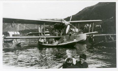 Roald Amundsen med Latham i Tromsøysundet 18. juni 1928. Harald Lund er en av guttene i nærmeste båten.