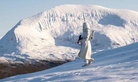 Jørgen Ahlquist som Star Wars figuren snowtrooper på fjellet ved Tromsø.
