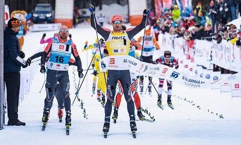 I FLYTSONEN: Her går Andreas Nygaard over målstreken etter spurtseieren i Tsjekkia. Burfjordingen leder sammendraget i Visma Ski Classics. Det kan gi store pengepremier.