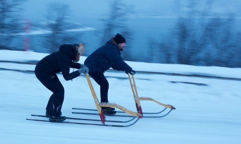 Bjarne og Aina Karoline Hagen suser ned fjellveien mot Sørkjosen. Fjellovergangen ble overflødig da tunellen ble bygget. lørdag blir den arena for det spektakulære sparkeløpet. Foto: Ola Solvang