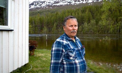 FLOM: Natten til 8. juni i år strømmet vannet inn mot huset til Henry Vangen ved Svartfoss i Reisadalen. Buskene et stykke ut i vannet står normalt på elvebredden. Ved 8-tida, da dette bildet er tatt, var flomtoppen nådd, og vannet på retur.