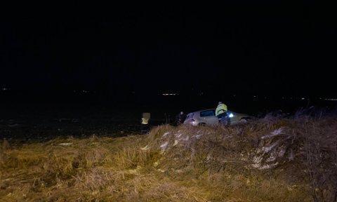 UTFOR: Bilen krysset to motgående kjørefelt og havnet i grøfta.