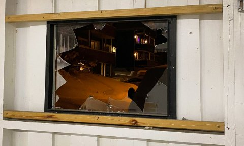 Her er det knuste vinduet. Foto: Marius Medby