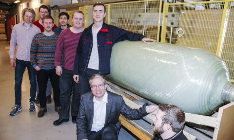 I «LABEN»: studenter ved NTNU som har viklet en sylinder på labben der.Foto: Asle Isaksen, Plastforum
