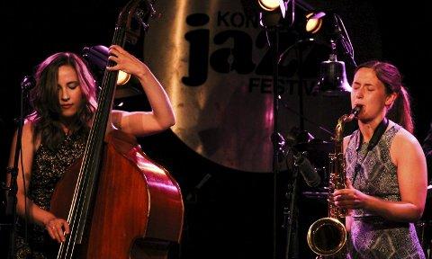 Jazz ffra land: Ellen Andrea Wang (t.v.) styrte skuta da hun sammen med blant andre Hanna Paulsberg framførte bestillinsgverket Songs from Land      under Kongsberg jazzfestival fredag kveld. foto: frode hermanrud