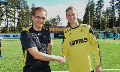 VELKOMMEN: Raufoss-trener Christian Johnsen ønsker Kevin Jablinski velkommen til klubben. Han var på sin første trening torsdag ettermiddag. Foto: Marius Mykleset