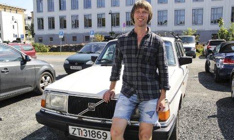 Solid: I sin klassiske Volvo 240 får musikeren Per Strand både med seg selv, en drøss med gitarstæsj og eventuelle bilister i nød. foto: frode hermanrud