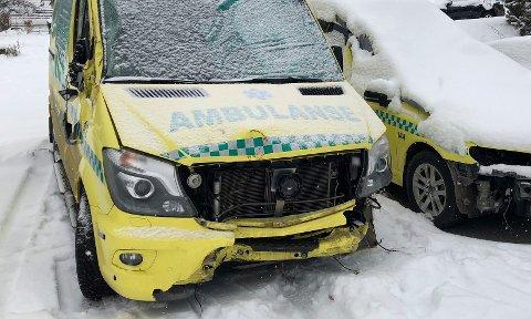 ULYKKE: Begge ambulansene fikk store materielle skader i ulykken. (Arkivbilde)