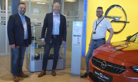 DE NYE OPEL-KARENE: Salgssjef Robert Skaugrud, daglig leder Per Ivar Ruud og bilselger Inge Kristiansen hos Bertel O. Steen skal nå stå for Opel-salget i Gjøvik.FOTO: ØYVIN SØRAA