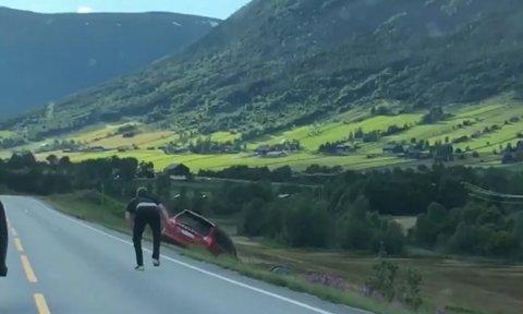 Hans Olav Steinsgard hadde maks uflaks da han gikk ut av bilen langs rv 15. Bilen begynte å trille utfor et jorde og ble totalskadd i møte med et steingjerde.