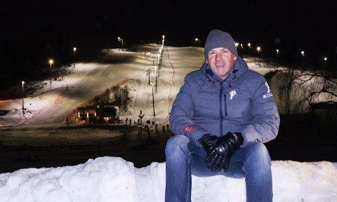 TRENGER NY HEIS: Pål Vist i Gjøvik Skiklubb med Hovdebakken i bakgrunnen.