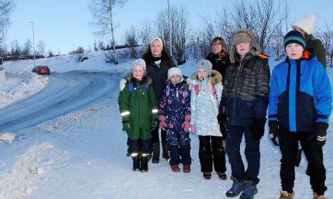 LIVSFARLIG: Nina Knutsen (t.v), Kari Svendsen og Marianne Mølmen ser på Kollsvegen som livsfarlig for barn å ferdes. Barna Gustav Engeli Stensvold (8), Marion Evina Knutsen Slettum (7), Johanne Jeppestøl (8), Håkon Ødegården-Rosenvold (12) og Emil Esp Slåen (12) føler seg ikke trygge langs den smale og svingete veien.