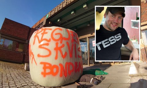 PROTEST: Bondeaksjon utenfor Vestre Toten rådhus på Raufoss fredag morgen. OPPGITT: Leder i Vestre Toten Bondelag, Jonas Stangjordet.