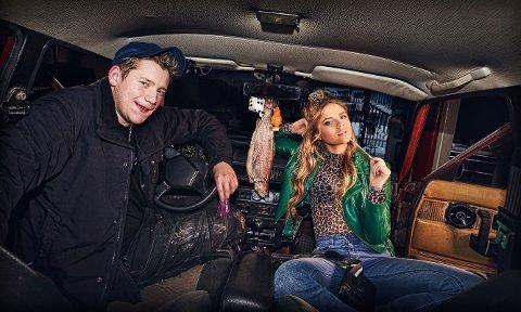 ÅRETS BILDE: Dette er årets promobilde til rakfiskfestivalen, som viser to ungdommer i en gammel Volvo med rakfisk i speilet.