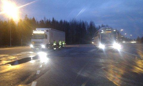 STOPPET: Statens vegvesen hadde en kjøretøykontroll på E18 Svartskog da lastebilsjåføren ansatt i en flyttebyrå i Follo ble vinket inn.