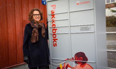 Konsernsjef i Posten, Tone Wille ved den første «Pakkeboks»-automaten til Posten, i Oslo.