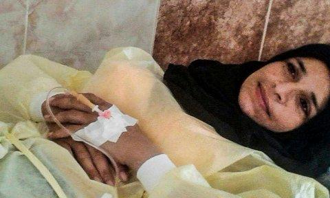 Zuhers kone Sawsan smiler tappert fra sykehussenga før operasjonen på mandag.