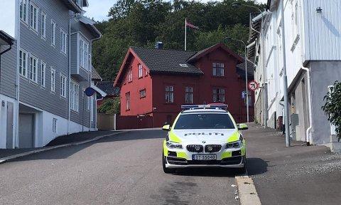 AKSJONERTE: Etter en aksjon i Larvik sentrum i slutten av juli i fjor ble fire personer pågrepet for et ran som var begått på Langestrand dagen før. Nå kommer saken opp for retten.
