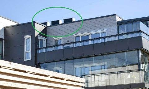 STRIDSSPØRSMÅLET: Slik ser anlegget på taket ut fra bakken nedenfor den ene av de to blokkene i Mo Terrasse.