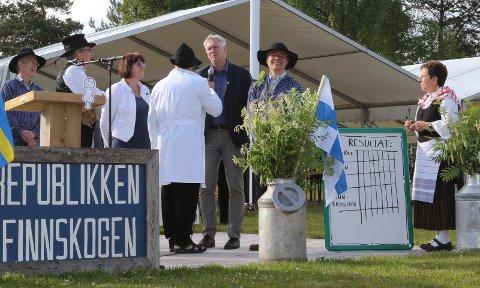 SKØYERSTREKER: Moro blir det alltid når Einar Korbøl, med ryggen til, og Anders Wiger, nummer to fra venstre, slipper seg løs.  Videre ser vi assisterende fylkesmann Ann-Katrin Fossum, länsråd Johan Blom i Värmland, samt den finske ambassadøren Erik Lundborg under en quiz.