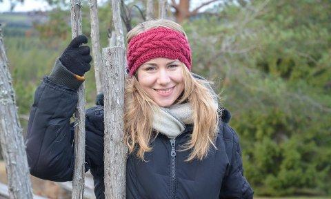 PÅ LETING: Maria Smith Fredriksen (29) forsker på stedsnavn der «svea» eller «sveen» inngår, som her i Nersvea i Sørskogbygda.