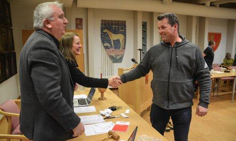 VINNEREN: Jørn Arild Flatha blir gratulert som Løten Aps nye ordførerkandidat av møtelederne Bjørn Jarle Røberg-Larsen og Turi Ann Melvold.