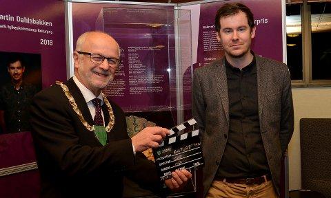 HEDRET: Filmskaper Henrik Martin Dahlsbakken ble mandag hedret med Hedmark fylkeskommunes kulturpris, som ble delt ut av fylkesordfører Arnfinn Nergård. (Foto: Bjørn-Frode Løvlund)