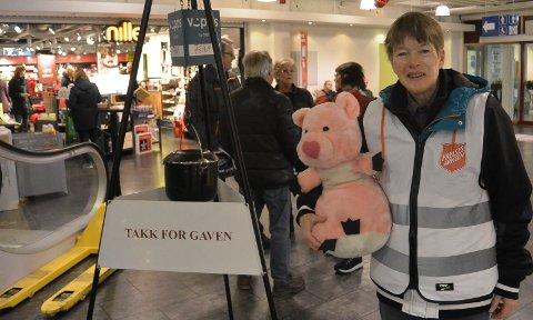 PÅ VAKT: Noen i Solør kommer til å bli glad for denne bamsen på julaften. Og mange får hjelp fra det som havner i Frelsesarmeens julegryte. Her er Inger Marie Møllerud på vakt ved julegryta på Flisa.