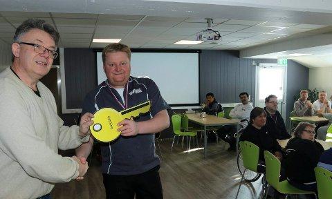 FIKK NØKKELEN: Daglig leder Andor Tellefsen, til venstre, overrakte nøkkelen til sjef for SolungMat,Steinar Kalfoss, som er en del av Atico-bedriften. Kalfoss er også kantineansvarlig.