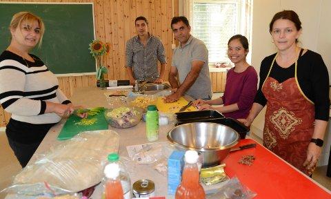 SPENNENDE MAT: Fra venstre Nebal Salloum og hennes mann Rami Kamhia fra Syria,  Malyar Abdiani fra Afghanistan, Phan Thi Minh Tuè fra Vitenam og Emira B. ellingsen fra Bosnia. Hun var elev ved opplæringssenteret for 25 år siden. Nå jobber hun der.