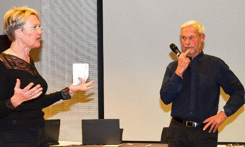 FIKK SVAR: Vidar Lindefjeld fra «La Naturen Leve», her sammen med  Marit Dahl i  «Levande Finnskog Uten Vindkraft» på folkemøtet i Elverum i januar, skrev brev til Stadtwerke München og fikk et svar han ikke er videre fornøyd med. (Foto: Bjørn-Frode Løvlund)