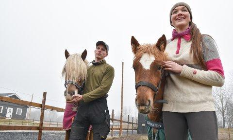 GRÜNDERE: Ingrid Forsaa Åbotsvik og Christian Platou har etablert Stall Ice i Løten, her med to av leietakerne.