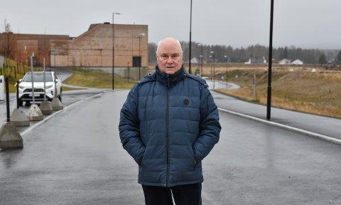 MIDT I VEGEN: Terje Lund er enig i at dette er en gate, men vil gjerne se vedtaket som gjorde Granittvegen til Granittgata.