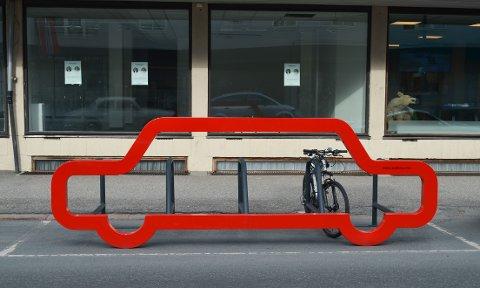 PROVOSERER OG GLEDER: Det omstridte sykkelstativet i Storgata både gleder og provoserer.