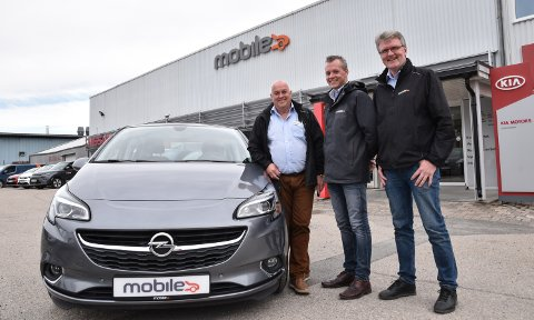 IKKE HELT I MÅL: Arne Gundersen (fra venstre), Christoffer Homb og Tore Wallin kan selge bruktbiler fra Opel, men må vente til 1. juli med å selge biler rett fra fabrikk.
