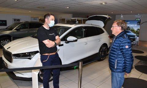 UVANT MOTTAKELSE: Andreas Holmsen (til venstre) prøver å selge Jon Glorvigen den nye Skoda-modellen.