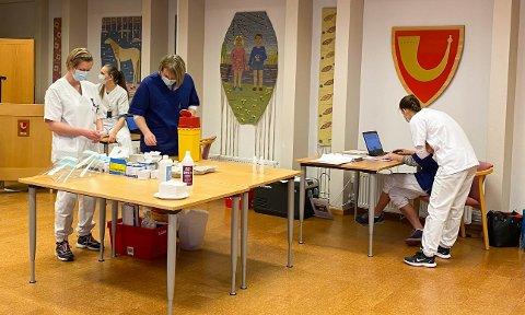 VAKSINE: Massevaksinering mot korona foregår i kommunestyresalen på Tingberg i Løten.