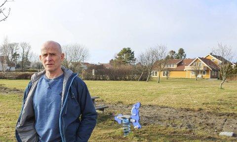 – Sparer penger og når ungdom: Per Espen Fjeld vil oppgradere biblioteket der det er, og heller få til nytt hus for ungdomsaktivitet her på Haugsjordet. Foto: Nina Blix