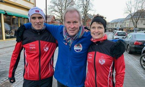 TROR PÅ REKORD: Tor Sanderød (midten). Her omkranset av  Otto Gullesen og Marianne Ramberg Årdalen.