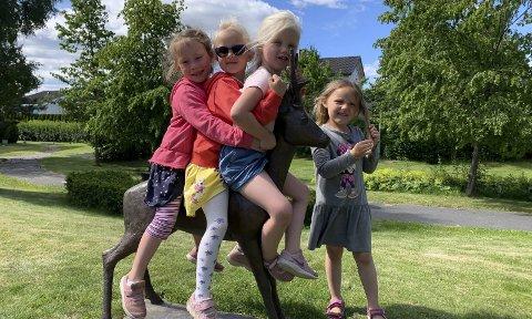 OPPDRAG UTFØRTt: Frida Høyer Holte (5 år), Leah Thorjussen-Sørli (5 år), Anna Ilebekk Sivertsen (4 år) og Emma Solvang Knutsen (4 år) har vanna og planta ferdig for denne gang. Neste onsdag skal en ny gjeng få prøve seg som gartnere sammen med beboerne i Borgehaven.
