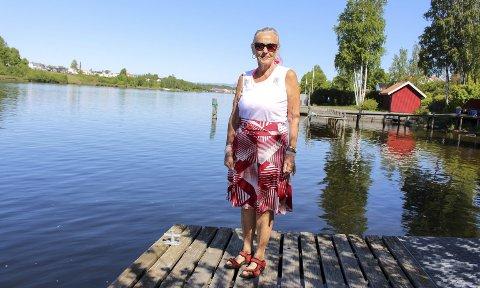 KAMP MOT KOMMUNEN: – Jeg har ikke veldig tillit til at de kommer med et ordentlig tilbud om erstatning, sier Kirsten Moen. Her står hun på egen brygge. En turvei betyr store inngrep langs elva.