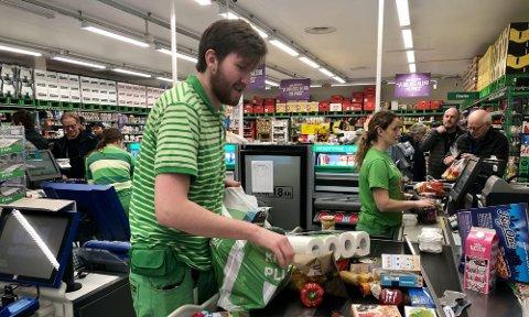 PANIKK: Butikkmedarbeider Terje Repshus beskriver panikk-tilstander på Kiwi-butikken torsdag 12. mars i fjor.