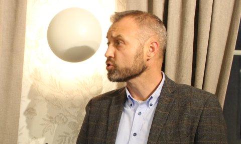 Kommunedirektør Geir Bjelkemyr-Østvang i Bamble kommune er stolt av kommuneansatte som gjør en ekstra arbeidsinnsats i forbindelse med koronapandemien. Han legger ikke skjul på at den langvarige situasjonen gjør mange ansatte slitne, forståelig nok.