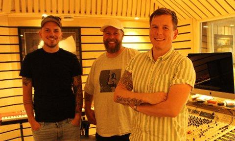TRE GRENER: Emil Hartveit, Geir Milton og Ole Wilhelm Edin i det nystiftede bandet «Grener». I forrige uke slapp de den første låt «Undring» på streeming kanaler, og musikken spilles inn i Cudrio Recording studio i Langesund. Det er Ole som skriver de personlige tekstene til sangene.