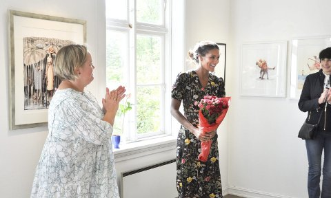 STOR APPLAUS: En rørt Annika Widlund Stendebakken (til venstre) overleverte flotte ord og blomster til Lisa Aisato.