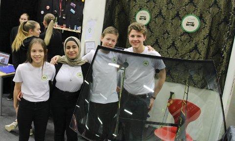 BRA TEAM: Marthe Salomonsen (f.v.), Zahra Al-Shorayer, Jonas Knold og Jeremiasz Turlaj i Car Fenestra EB ved Rakkestad ungdomsskole. Disse har en idé om en bilrute som man ikke blir blendet av dersom møtende biler ikke slår av fjernlyset.