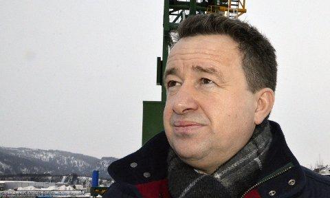 Leter:  Kjell Idar Juvik(Ap) vil tilbake i arbeidelivet, men er fortsatt usikker på hvor veien videre går. Foto: Toril S. Alfsvåg